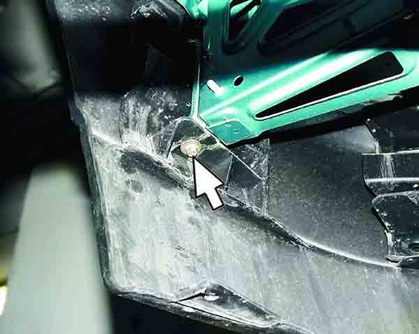Замена переднего буфера ВАЗ 2110. Откручиваем болт