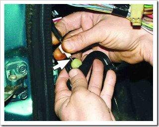 отсоединяем наконечник троса от ручки открывания капота
