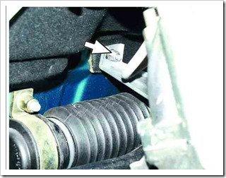 Ослабляем гайку крепления кронштейна защиты рулевого механизма