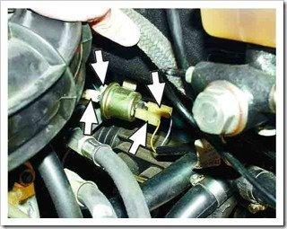 Отсоединяем колодки и шланги от электропневматического клапана