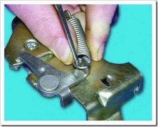 Замена пружин замка капота 2110, 2111, 2112