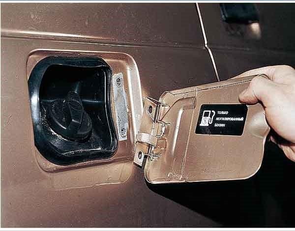 Как снять крышку лючка бензобака на ВАЗ 2110, 2111, 2112