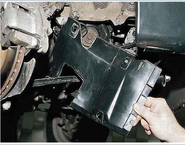 Снимаем грязезащитный щиток моторного отсека на ваз 2110, 2111, 2112