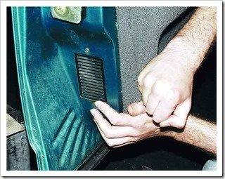 Закрепляем обивку двери 2110