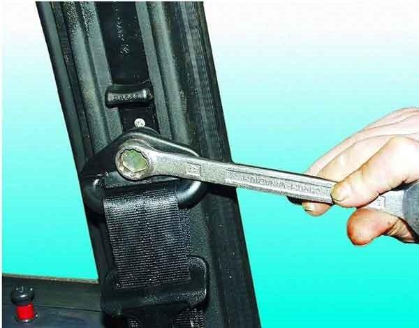 Как поменять передний ремень безопасности на ВАЗ 2110