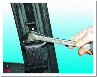 Как поменять передний ремень безопасности ваз 2110