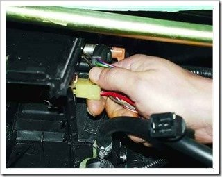 отсоединяем провода от допрезистора