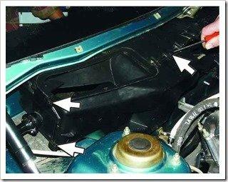 снимите пружинные скобы крепления переднего корпуса