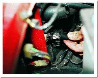 снимаем датчик включения электровентилятора двигателя