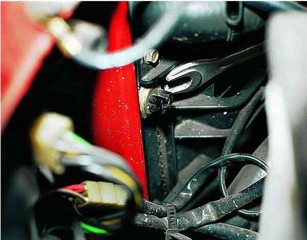 Как снять датчик включения электровентилятора двигателя ВАЗ 2110, 2111, 2112