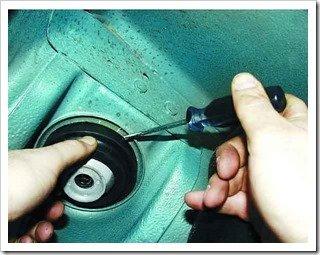 снимаем изолирующую прокладку пружины