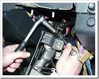 Откручиваем крепление вала рулевого управления к карданному валу.