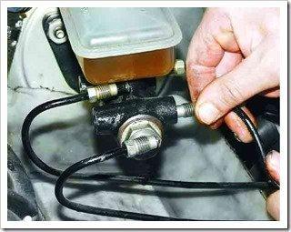 подсоединяем трубки к передним отверстиям цилиндра