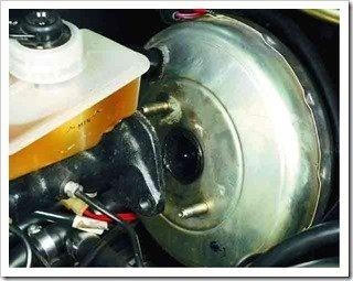 отводим главный цилиндр от вакуумного усилителя