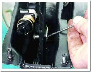 Отсоединяем толкатель вакуумного усилителя от педали