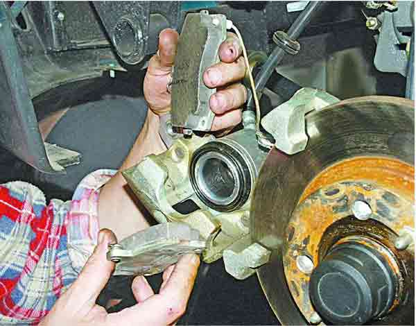 Как поменять тормозные колодки на передних колесах ВАЗ 2110
