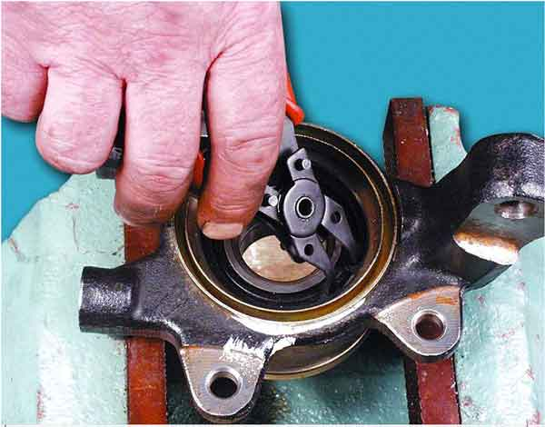 ставим внутреннее стопорное кольцо