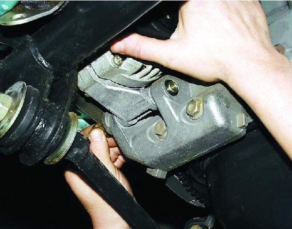 снимаем генератор с машины