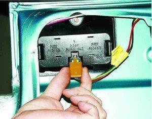 как заменить фонарь на крышке багажника