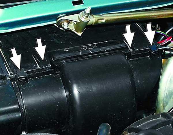 снимаем 4 пружинных скобы крепления кожуха