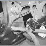 Как снять и установить стеклоподъемник передней двери на рено логан