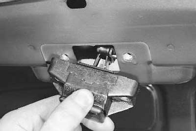 как снять замок багажника с рено логан