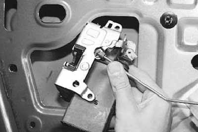 Как снять и установить замок передней двери рено логан