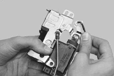 отсоединяем  тяги внутренней ручки привода и блокировки