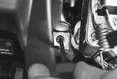 выкручиваем крепление слева от рулевой колонки