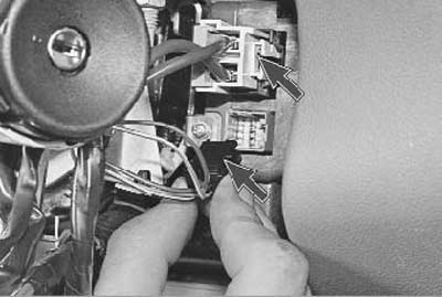 отсоединяем провода от электроусилителя