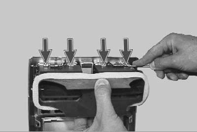 отжимаем фиксаторы