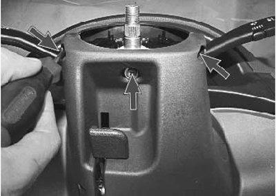 снимаем облицовочные кожухи рулевой колонки на приоре