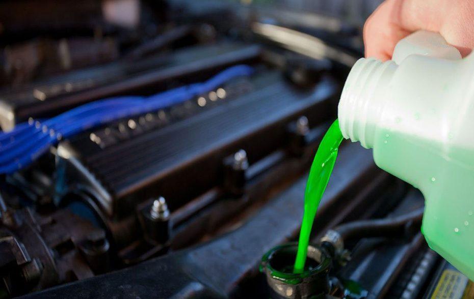 Когда и как часто требуется менять антифриз в авто?